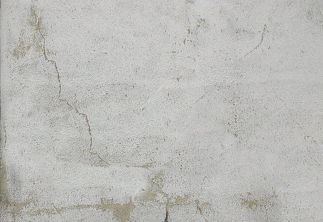 Putsad vägg med spricka